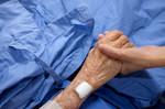 la-mano-della-donna-tiene-in-mano-la-madre-che-dorme-nel-letto-d-39-ospedale_29007-110.jpg